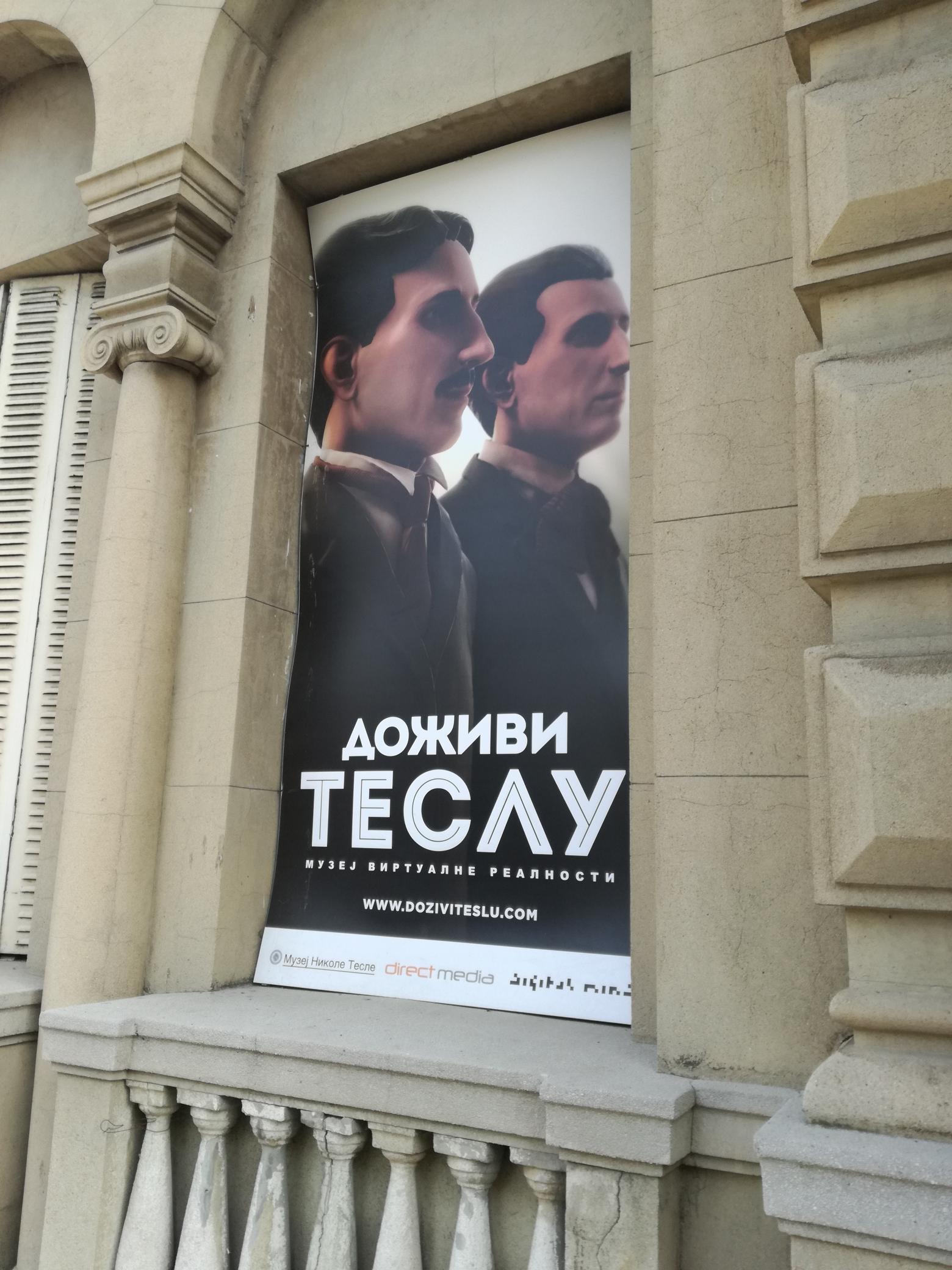 Tesla plakát a múzeum falán