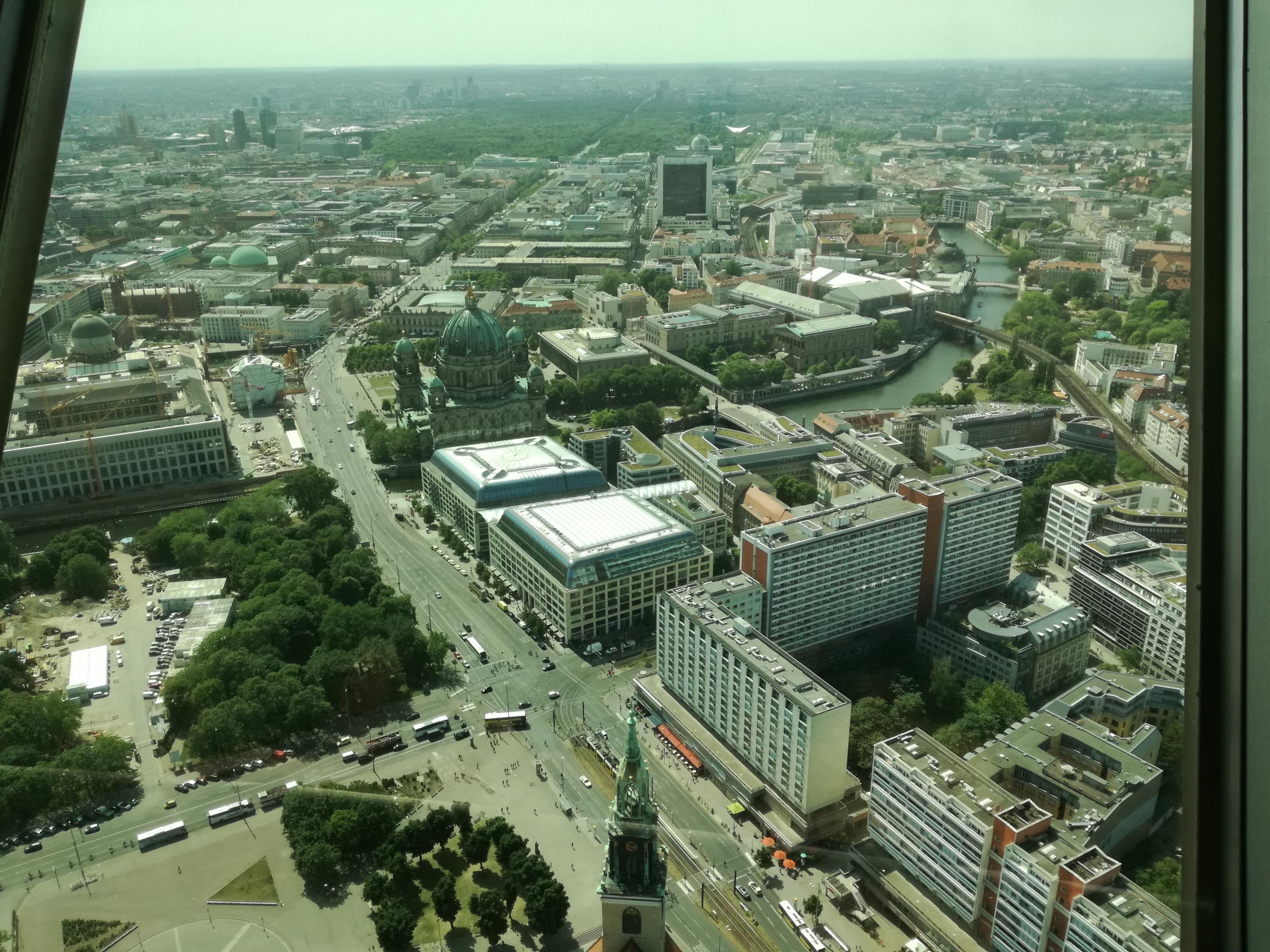 A dóm és tőle balra az épülő Városi Palota