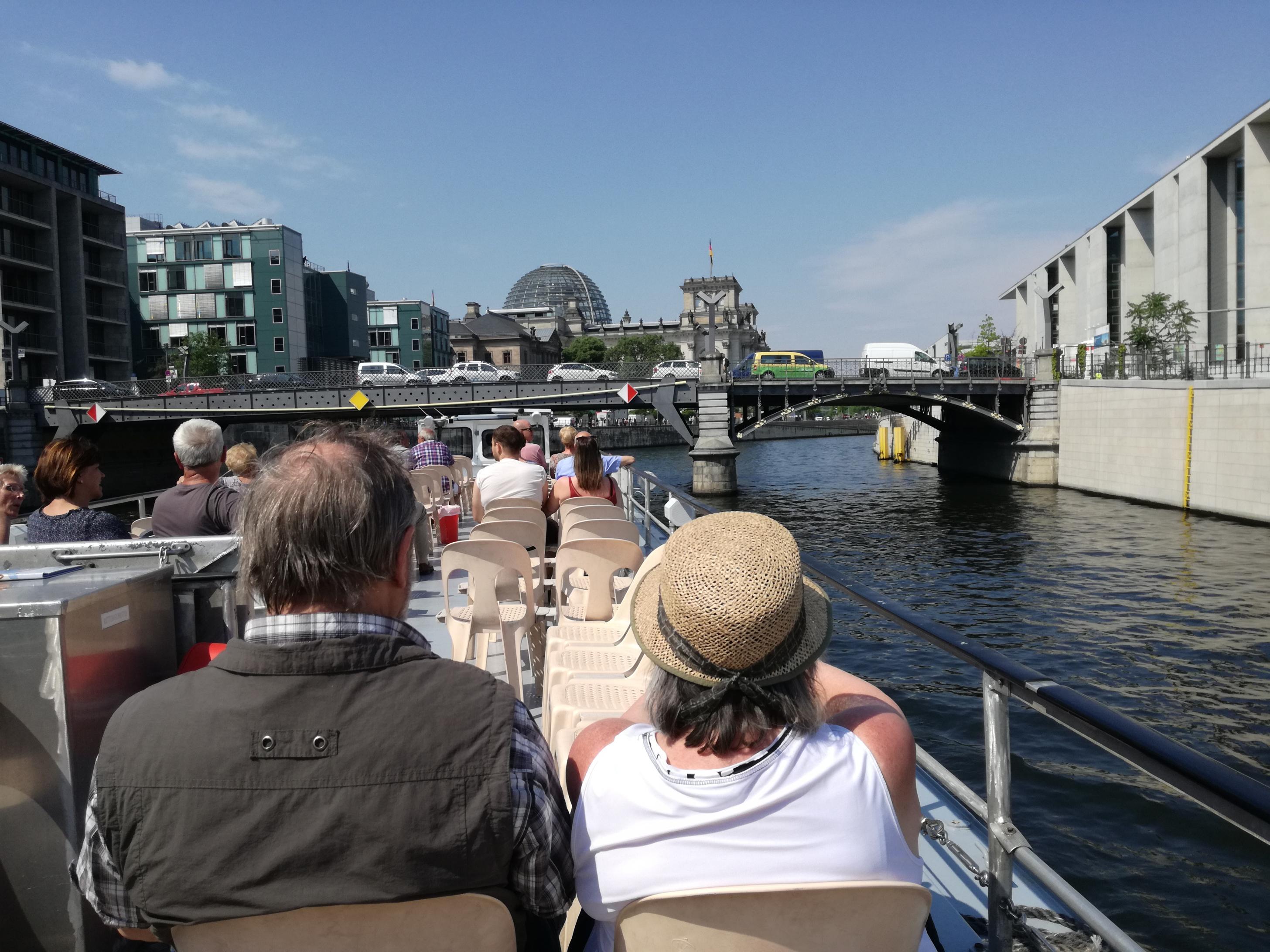 A Reichstag üvegkupolája a hajóról