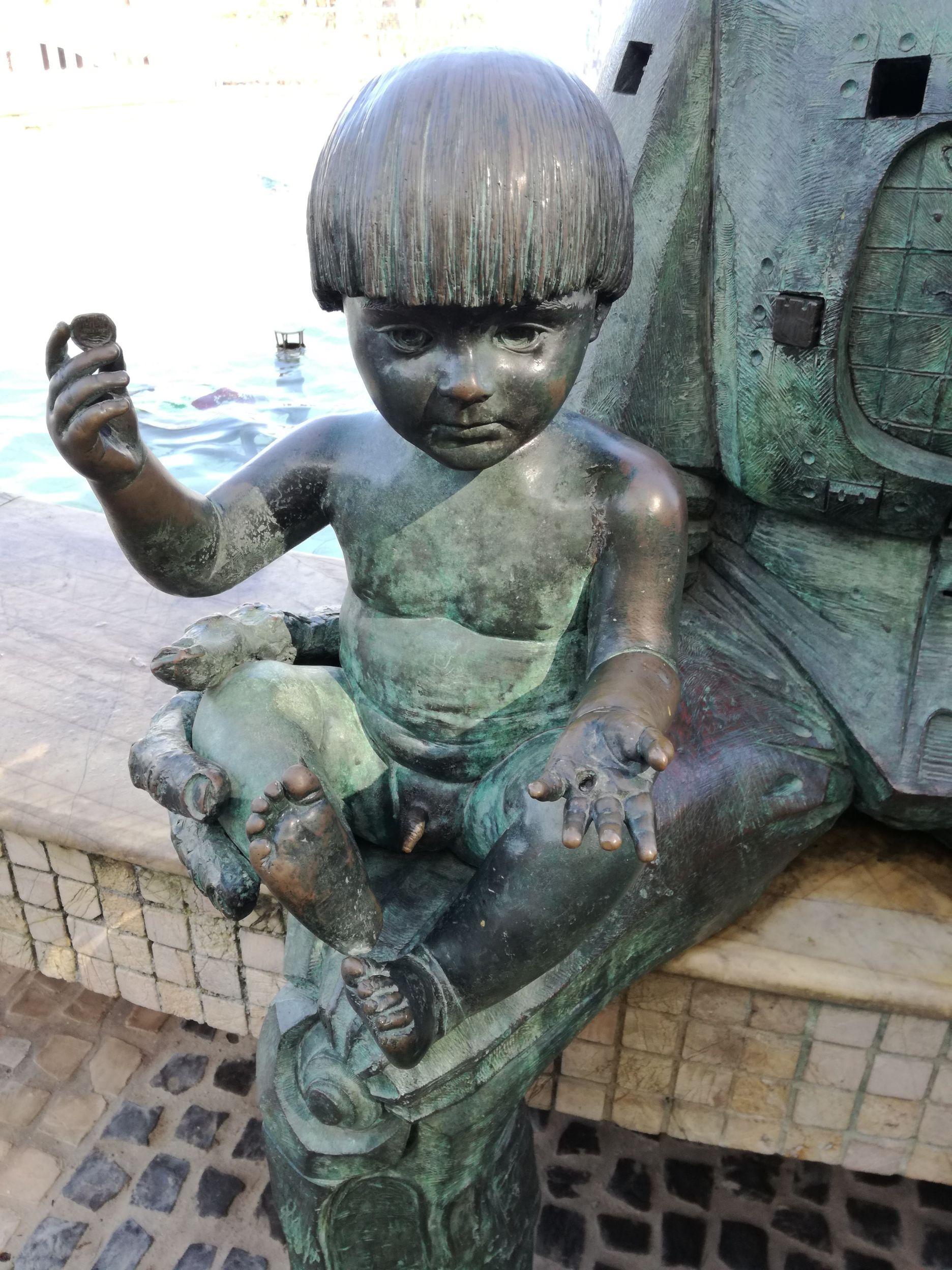 Kisgyerek a Kormányzó szobrán