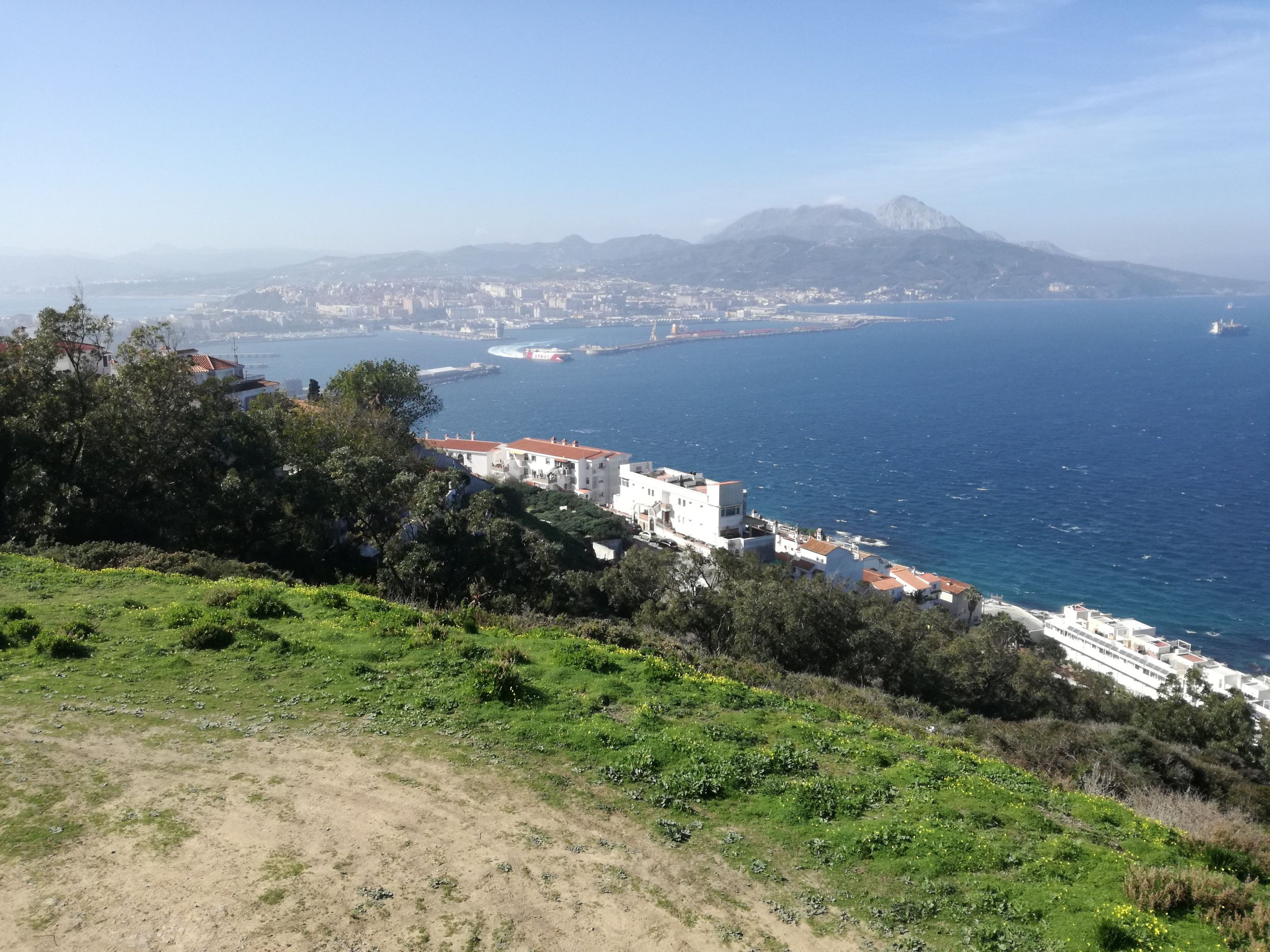 A város és a kikötő a Hacho hegyről