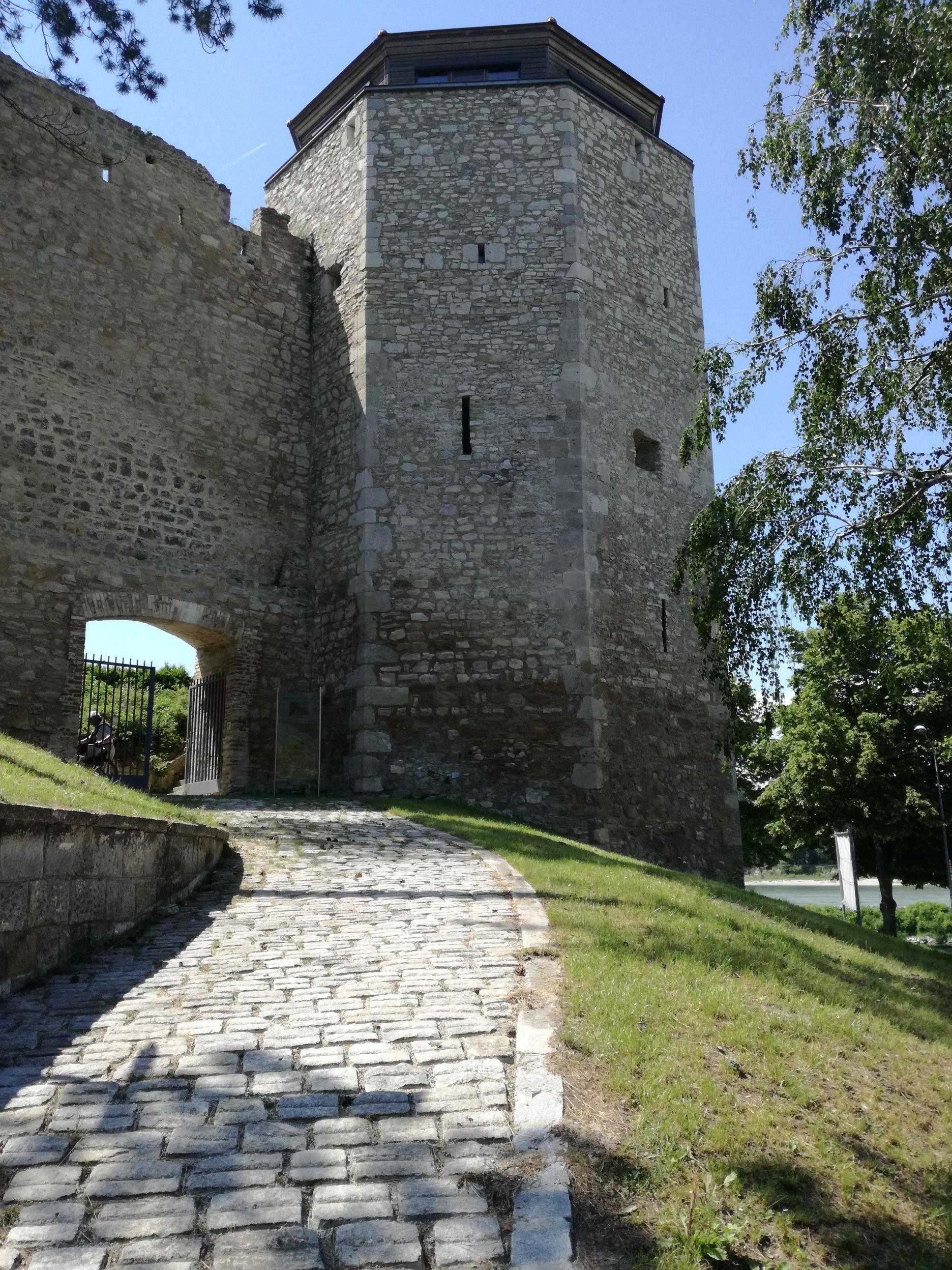 Vízi-torony és kapuja