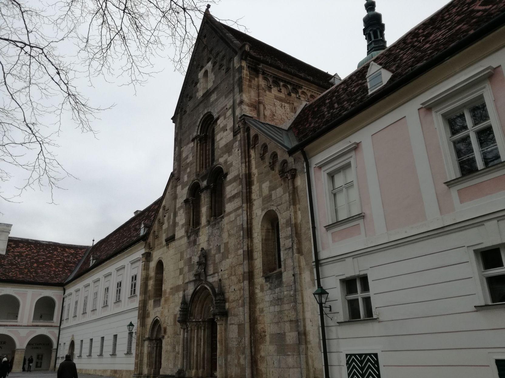 A templom román kori homlokzata
