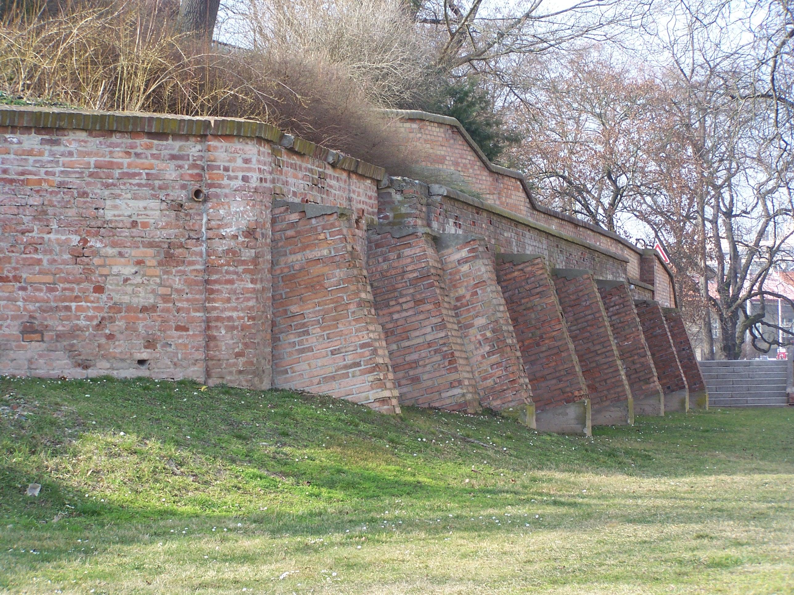 A megmaradt városfal (Forrás: www.mesto-hradeckralove.cz)
