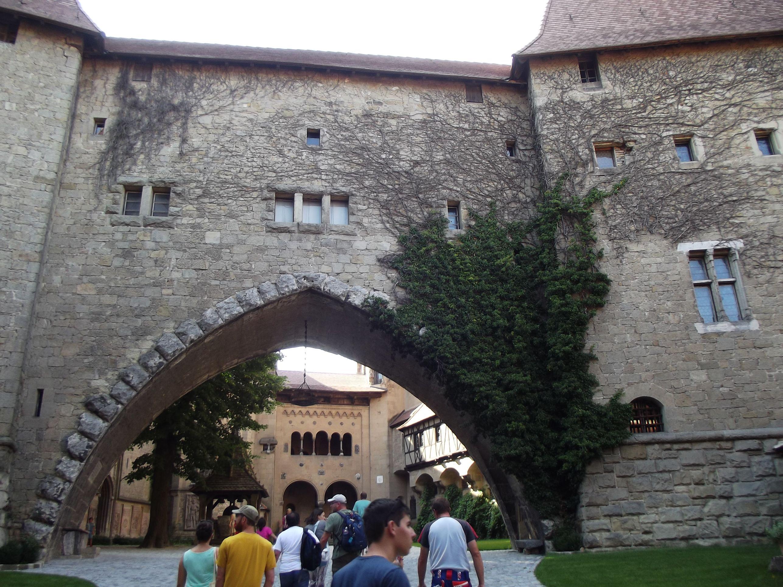 Kreuzenstein, boltív a két udvar között