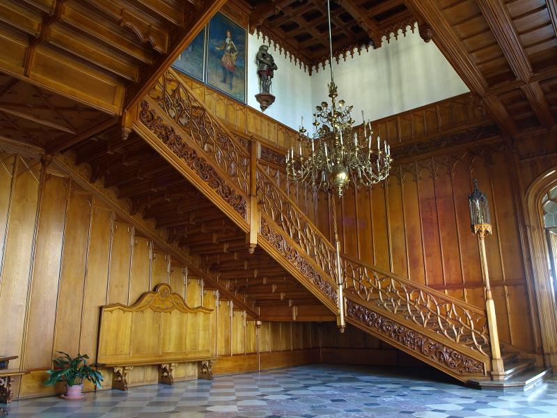 A kastély egyik fa lépcsőháza (Forrás: www.zamek-lednice.com)