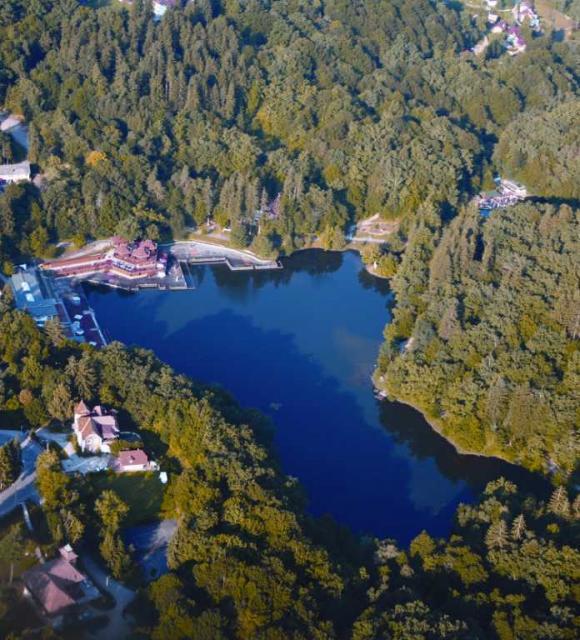 A Medve-tó madártávlatból (Forrás: www.primariasovata.ro)