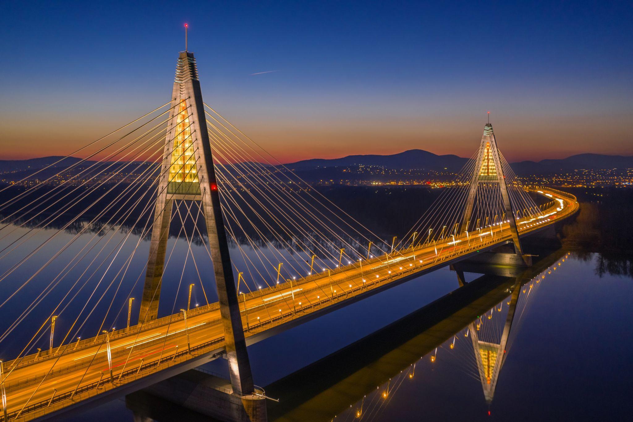 Megyeri híd éjjel (Forrás: www.szallas.hu)