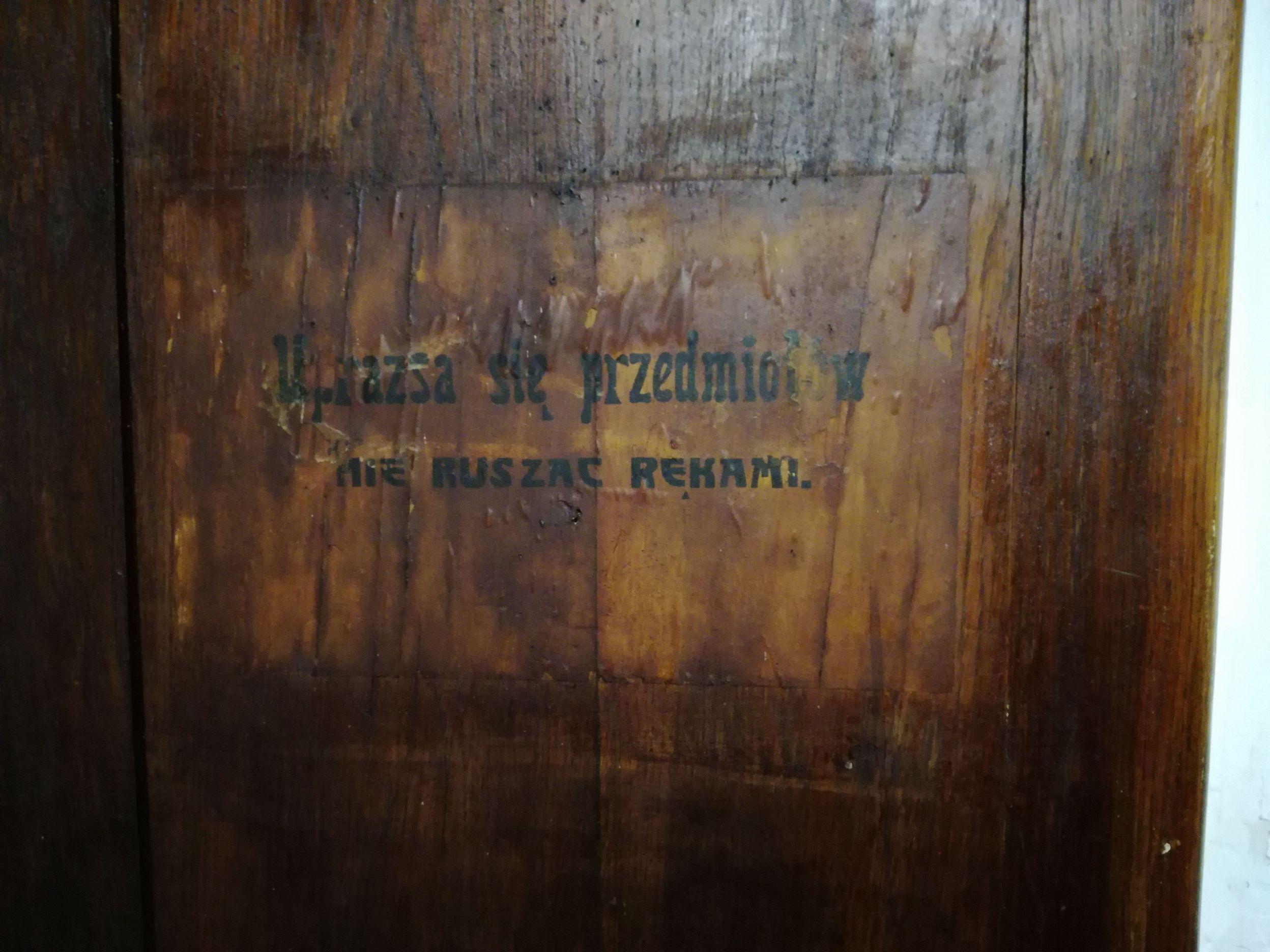 Lengyel felirat a múzeumban - Ne nyúlj a kiállított tárgyakhoz