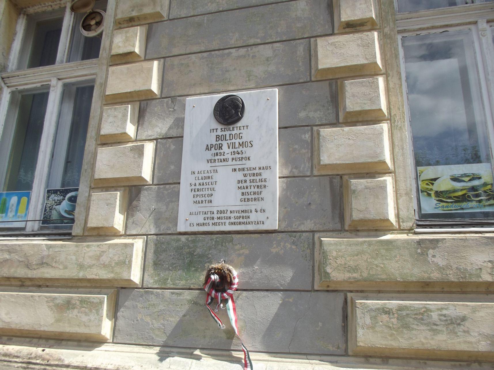 Apor Vilmos emléktáblája a Városháza falán