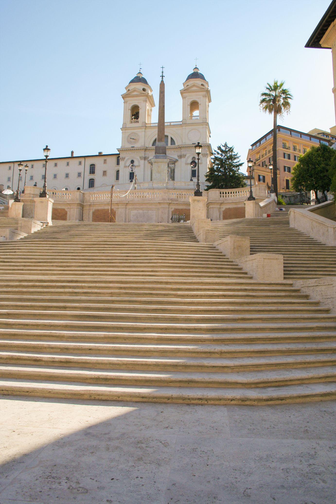 Ritka pillanat, szinte üres a lépcső (Forrás: www.upload.wikimedia.org/wikipedia/commons/5/5e/La_Trinit%C3%A9_des_Monts.jpg)