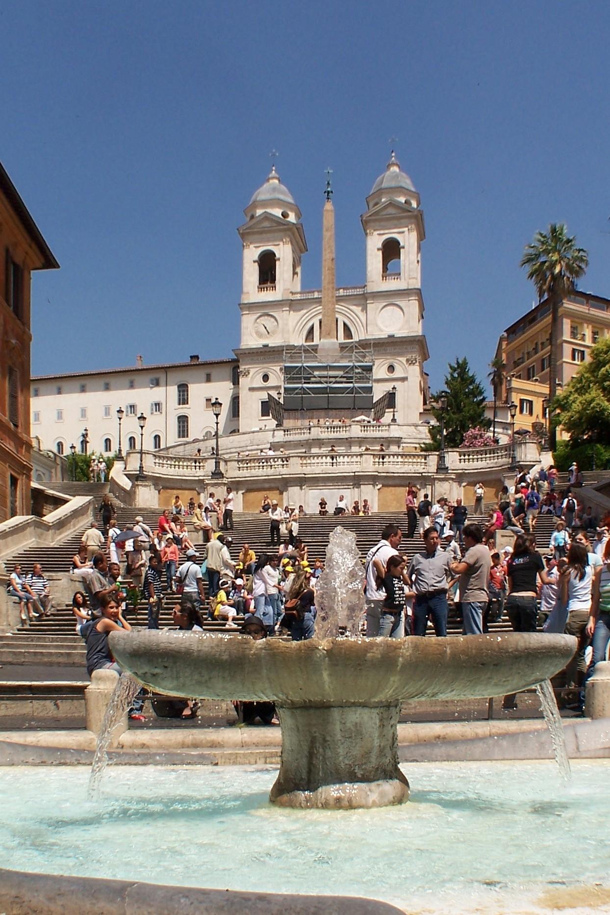 A szökőkút, a lépcső és a templom az obeliszkkel (Forrás: www.upload.wikimedia.org/wikipedia/commons/4/42/Rom_Spanish_Steps_BW_1.JPG