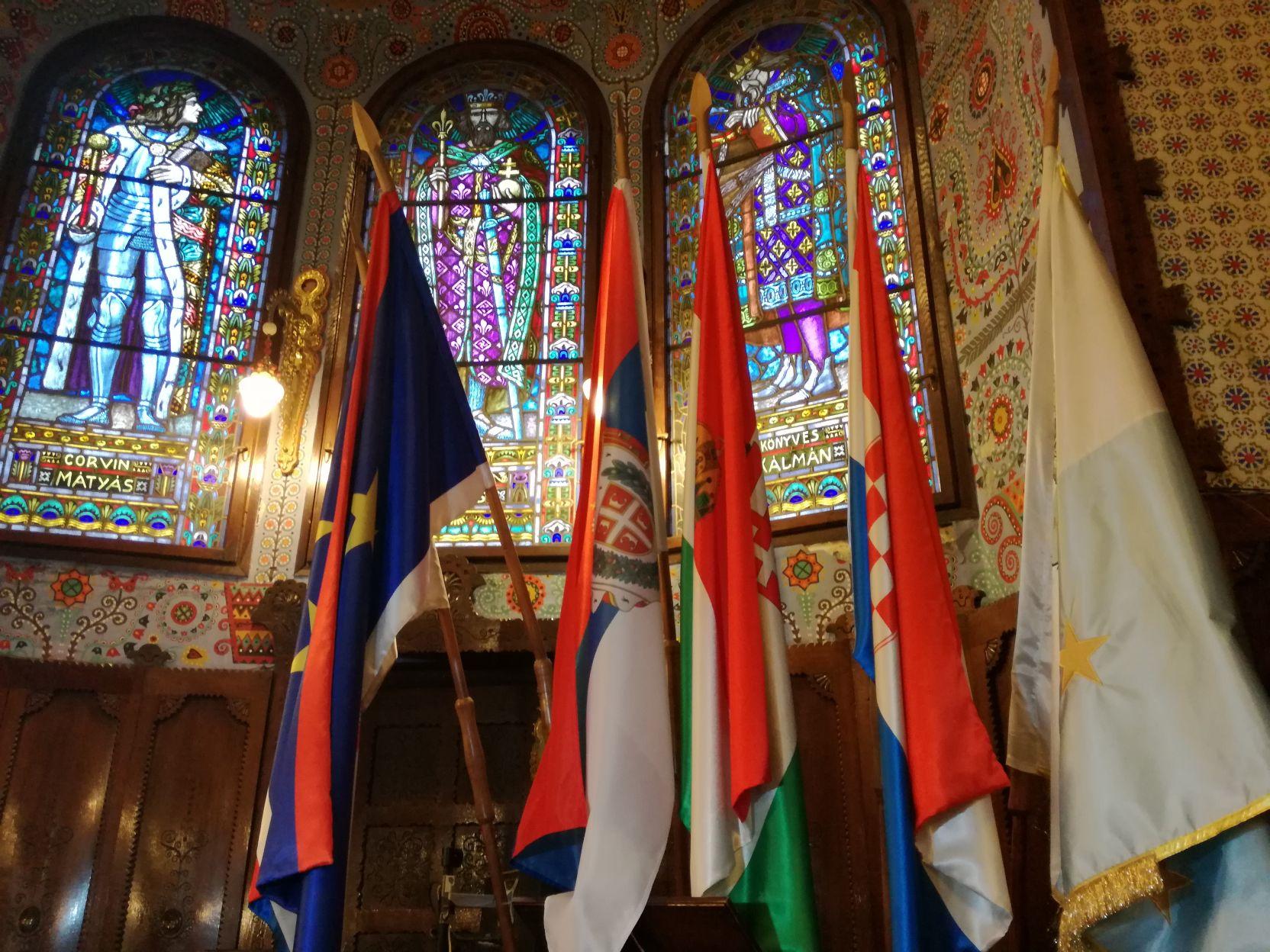 Zászlók és üvegablakok