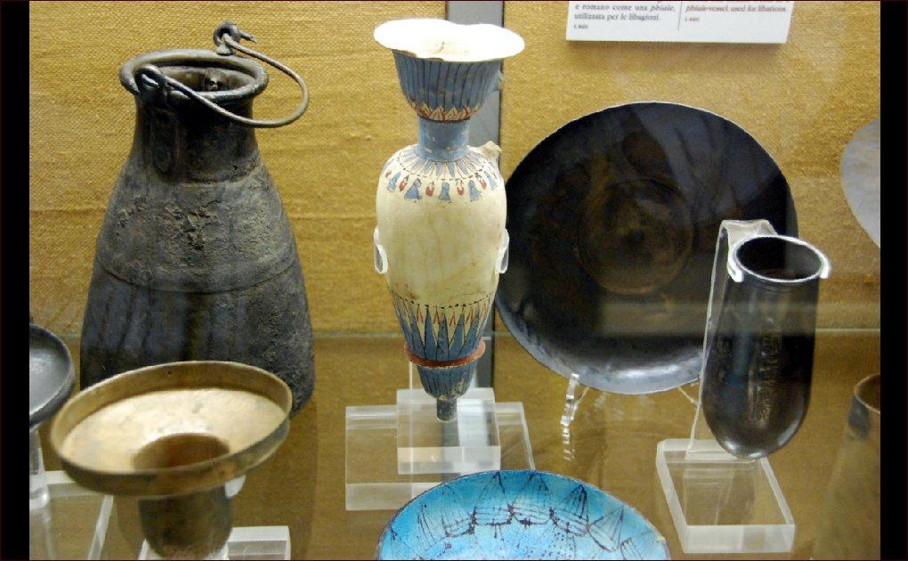 15_Kha sírjában talált tárgyak az Egyiptomi Múzeumban (Forrás: www.wikipedia.com)