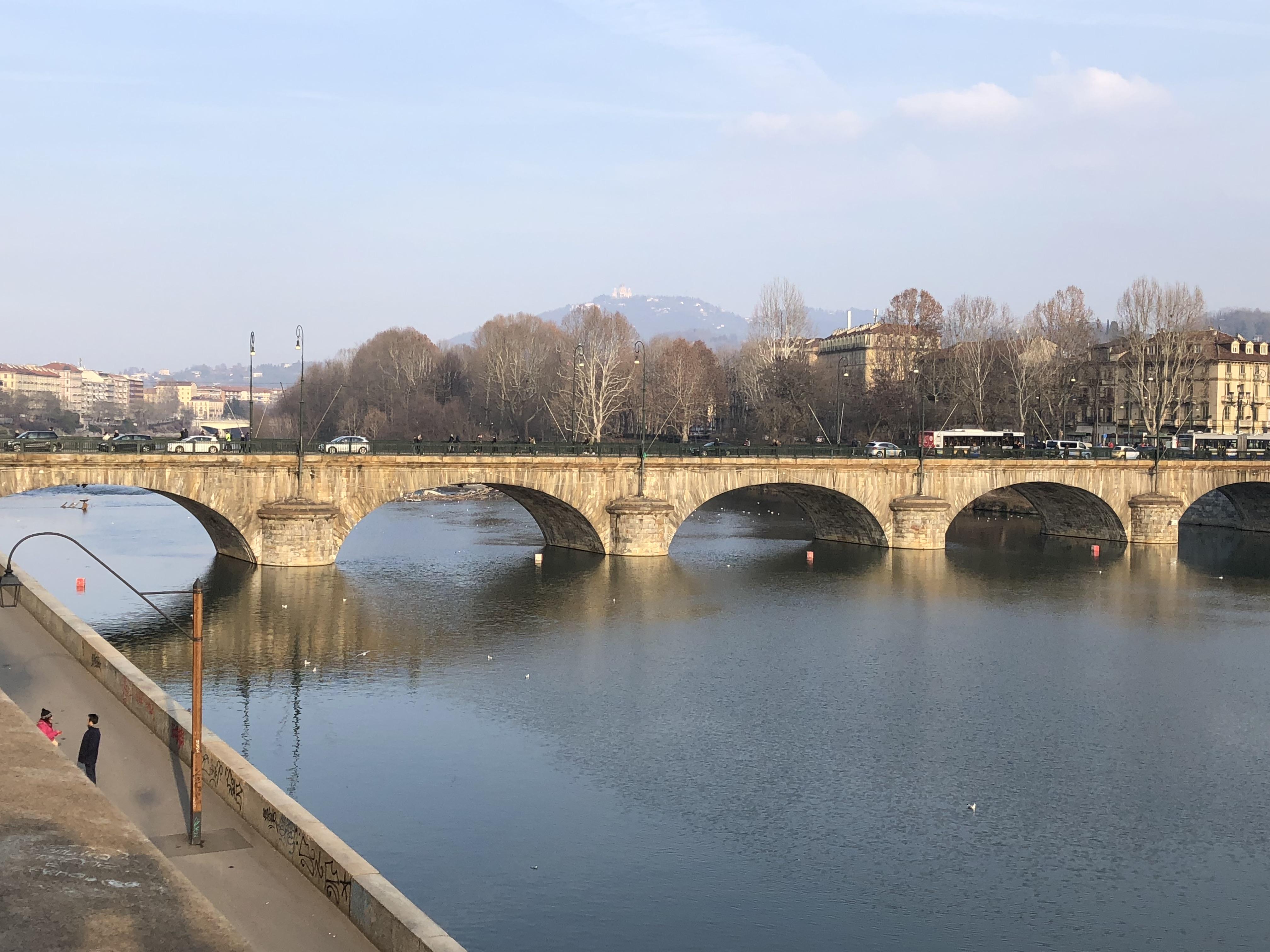 43_Az I. Viktor Emánuel híd, háttérben a Basilica di Superga (Fotó: Hende Dániel)