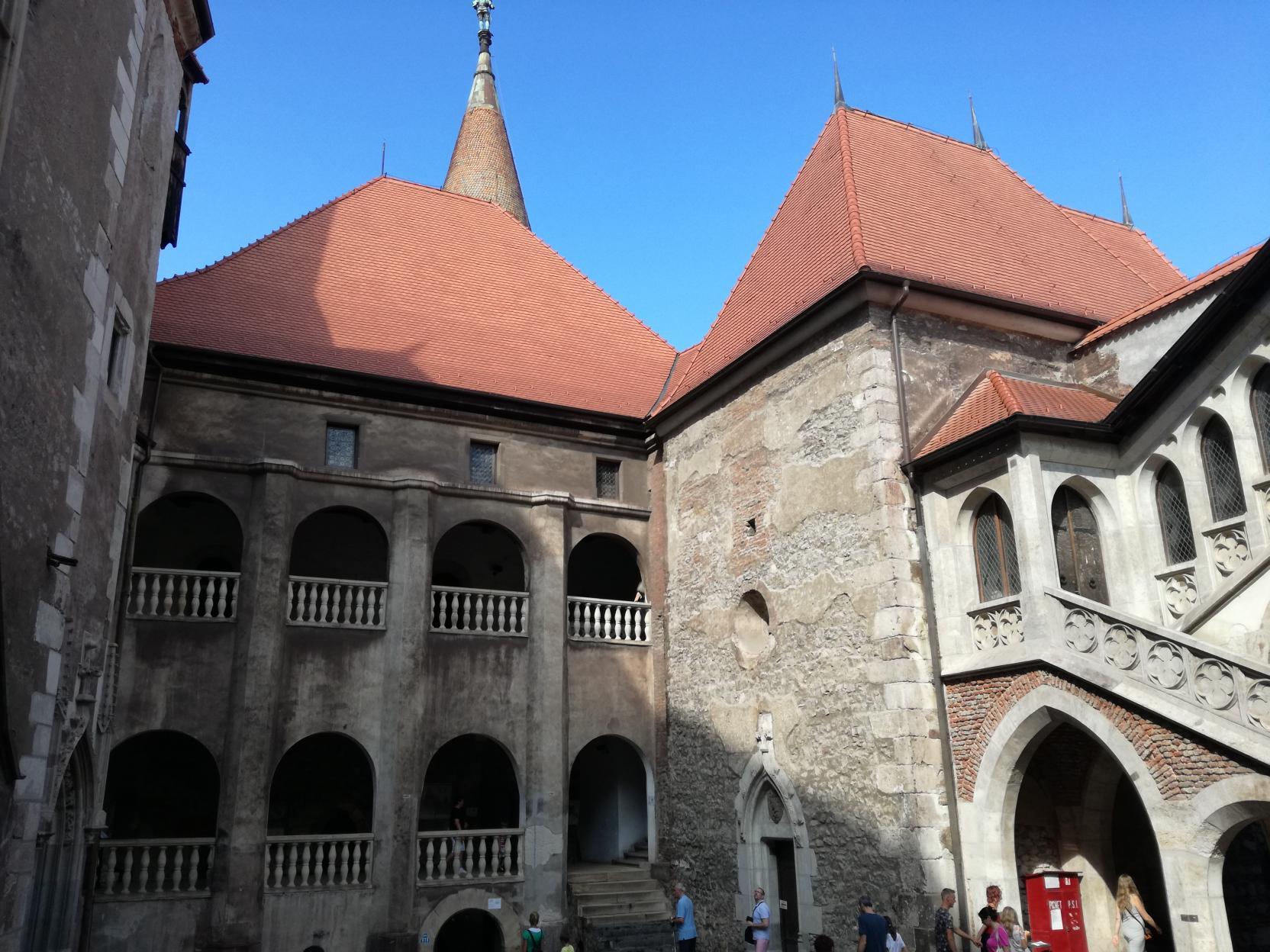 A Mátyás-szárny és a kápolna