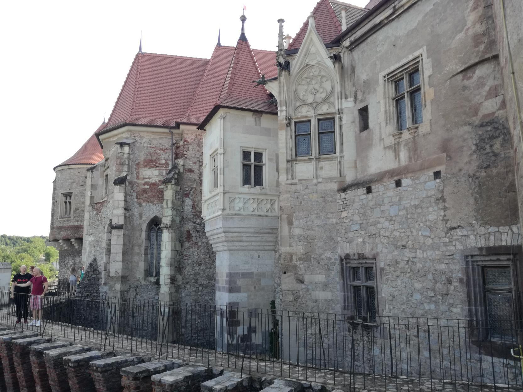 A Mátyás-szárny és a kápolna a Tüzérségi teraszról
