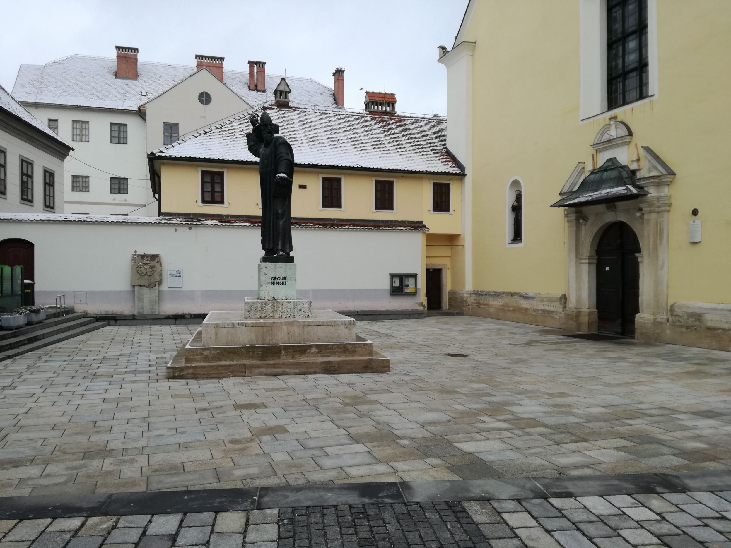 Nini Gergely, püspök szobra