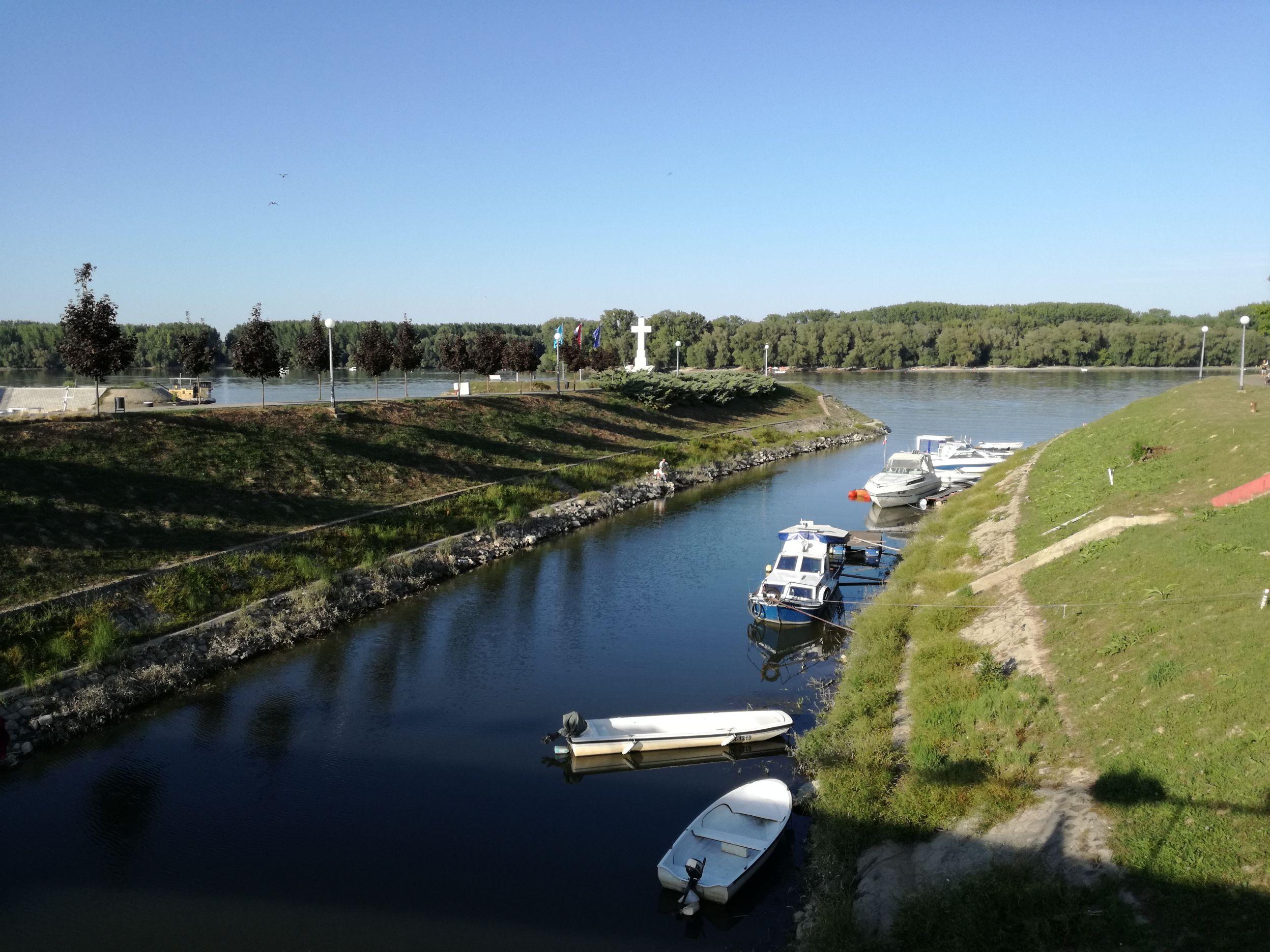 Kőkereszt a Duna partján