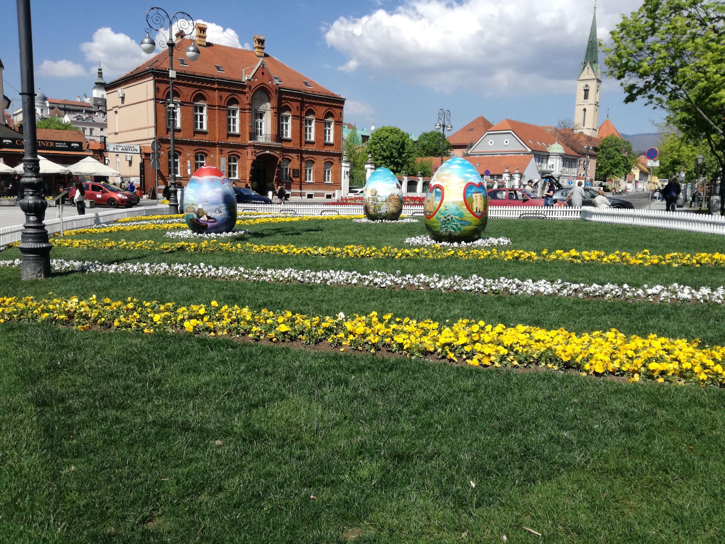 Húsvéti tojások a dóm előtt