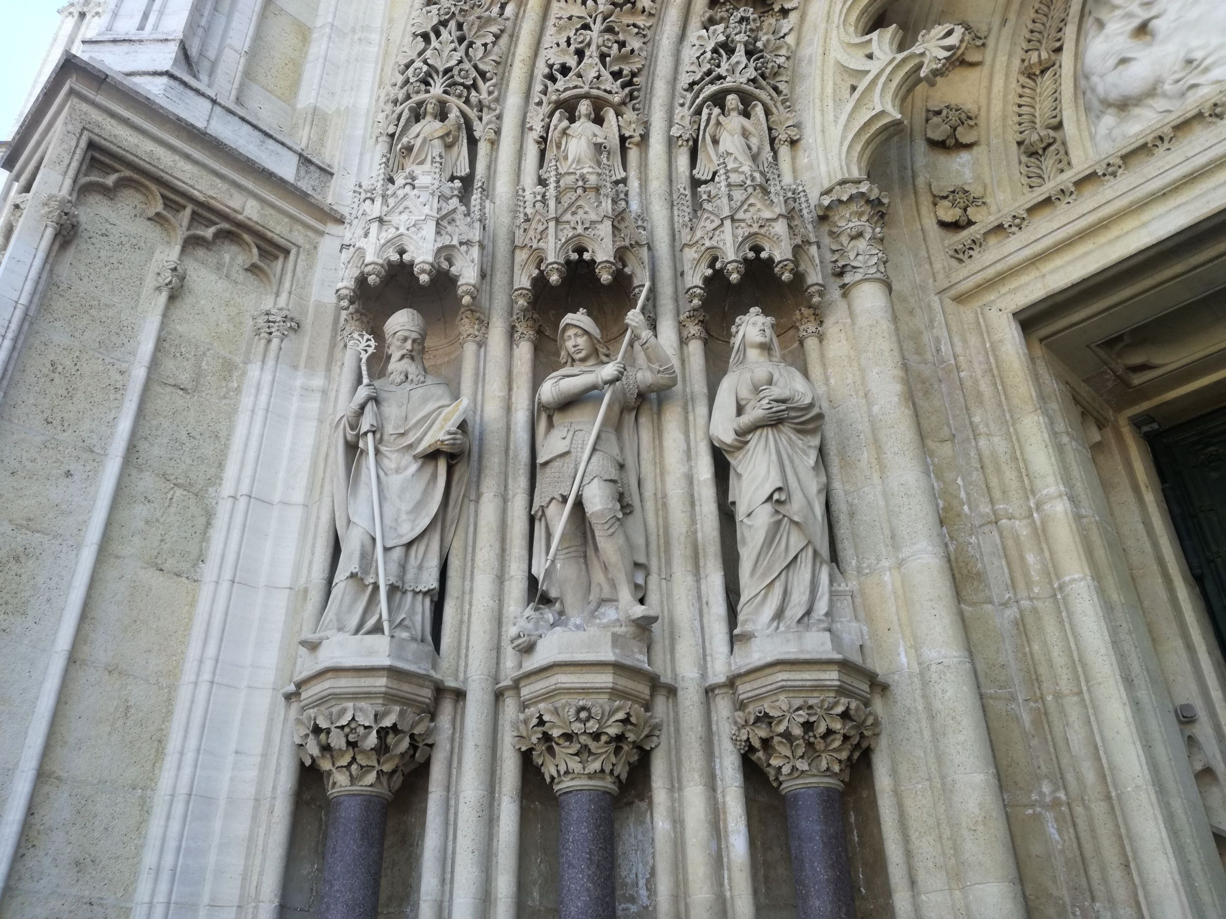 A főbejárat szobrai