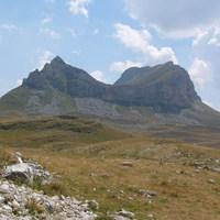 Hatalmas kopár hegyek