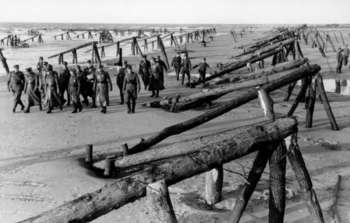 Bundesarchiv_Bild_101I-719-0243-33,_Atlantikwall,_Inspektion_Erwin_Rommel_mit_Offizieren.jpg