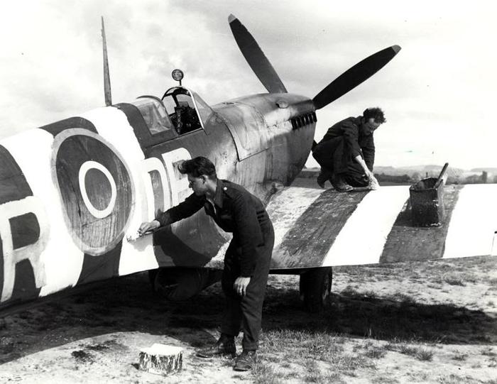 Tangmere 422 rcaf squadron stripes.jpg