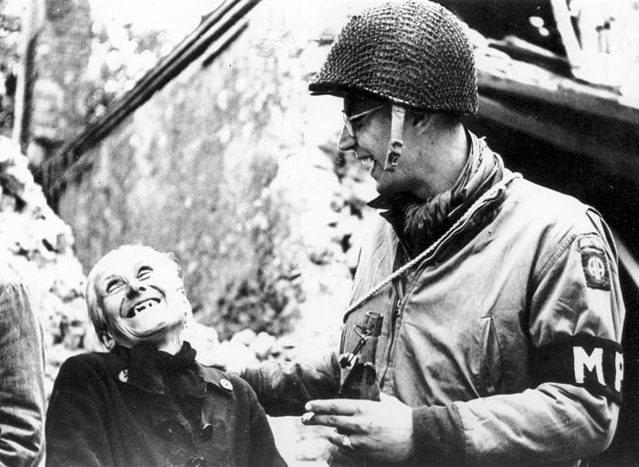 Amerikai_katona_baratkozik-Normandia1944.jpg