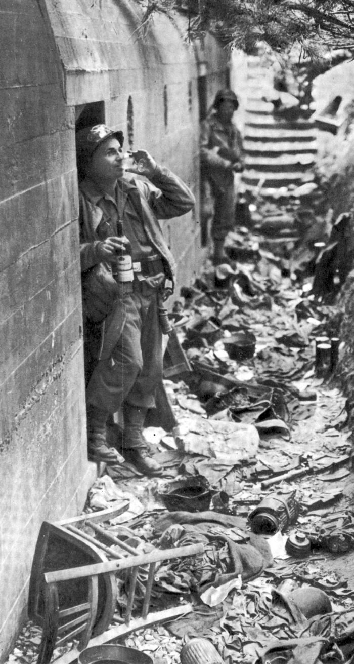 Amerikai_katona_elfoglalt_bunker_elott.jpg