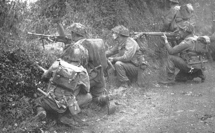 Brit_csapatok_Caen_elotereben_1944junius.jpg
