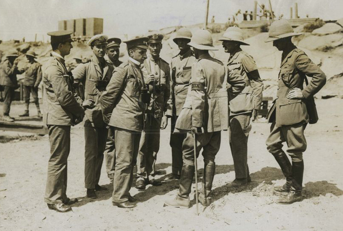 russian_army_officers_with_british_army_and_rn_officers_at_suvla.jpg