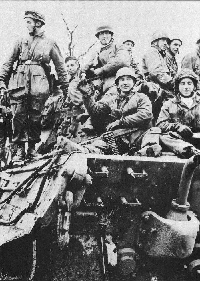 fallschirmjager_on_a_king_tiger_ardennes_dec_1944.jpg