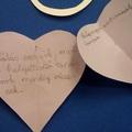 Hálás vagyok, mert ... kisdiákjaink papír szívbe írt üzenetei díszítik a folyosót