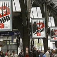 Svájci vasút: leeresztett sorompók a politikai hirdetések előtt