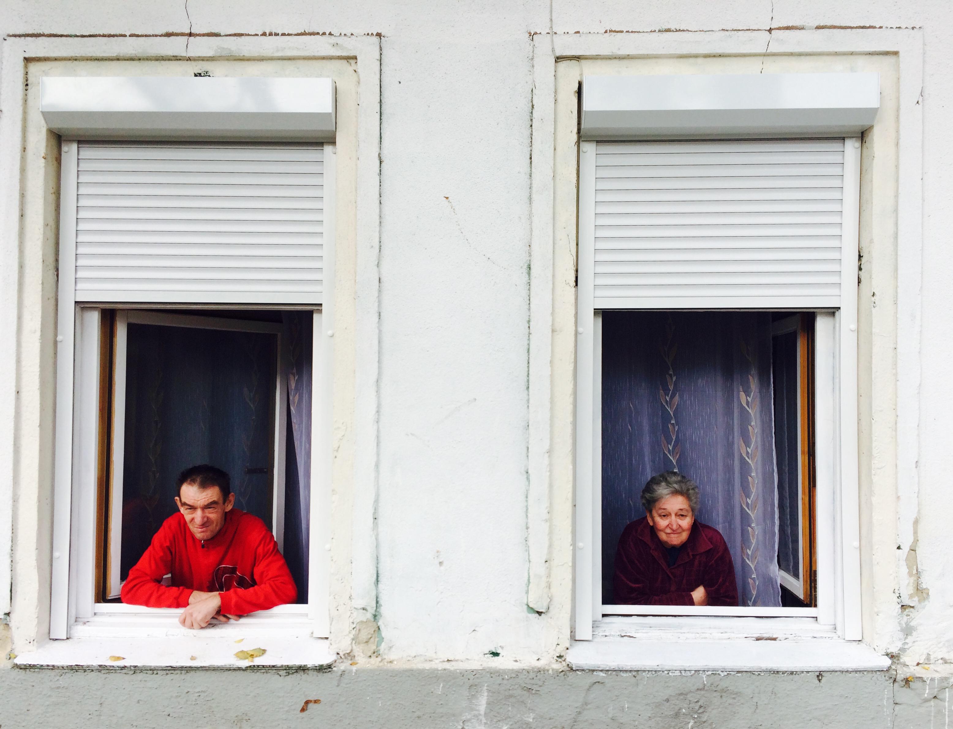 Erzsike és Sándor új otthonuk ablakában.