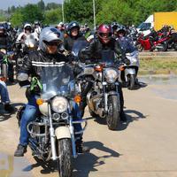 Vízpart, napsütés és motorzaj