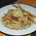 Egyszerű ázsiai pirított csirke zöldséges rizzsel
