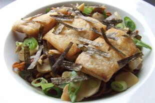 Gyors japán: zöld teás halas tészta