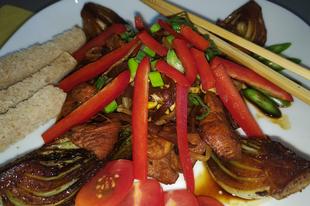 Pirított ázsiai pulykamell zöldséges pak choy társaságában