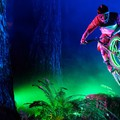 Bringával az éjszakai erdőben – LED-ekkel kivilágítva