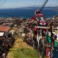 Látványos városi downhill Chilében