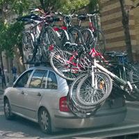 Egy személyautó 11 bringával megpakolva hasít a körúton