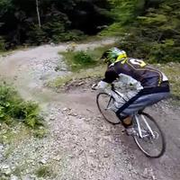Ehhez legyen tököd - downhill pályán országúti bicajjal!