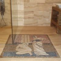 Antik hatású mozaik egy modern fürdőszobában