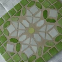 Limezöld-fehér mozaikberakásos csempe edény-alátét