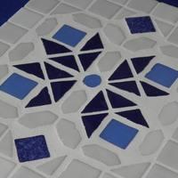 Fehér-kék mozaikberakásos csempe edény-alátét