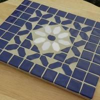 Kék-fehér mozaikberakásos csempe edény-alátét