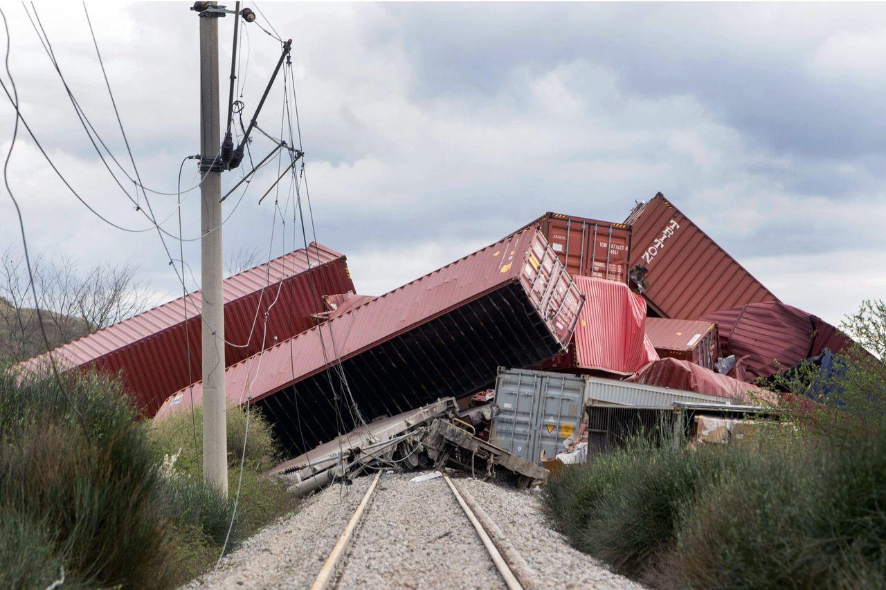 Konténerszállító tehervonat siklott a görögországi Gefyránál