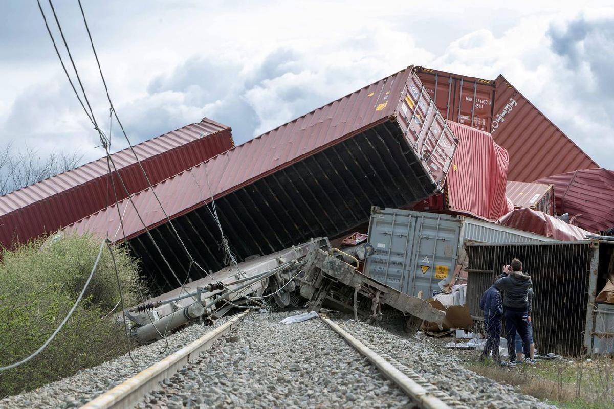 Az egymásra torlódott kocsik és konténerek elzárják a vasúti pályát